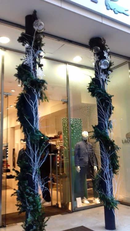 decoration florale vitrine noel marseille 4 422x750 - Décoration florale de vitrines
