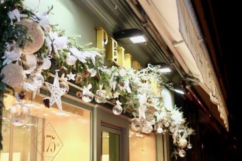 decoration noel boutique fleuriste 17 500x333 - Décoration florale de vitrines sur Marseille