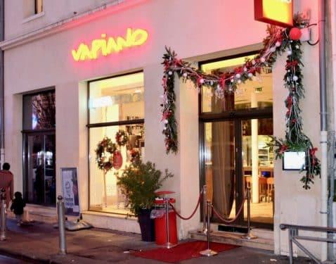 decoration noel boutique fleuriste 6 478x375 - Décoration florale de vitrines sur Marseille