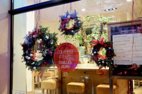 decoration noel boutique fleuriste 9 500x333 - Décoration florale de vitrines sur Marseille
